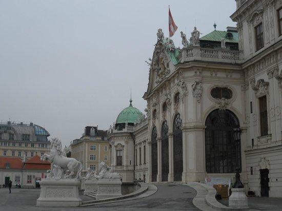Belvedere Palace Museum : Вид с флагом