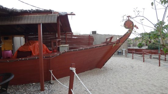 The Turtle Beach Resort (Ras al Hadd) : the dhow inspired eating area