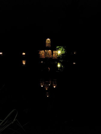 Maisons Wat Kor : Light in the middle of natural pond