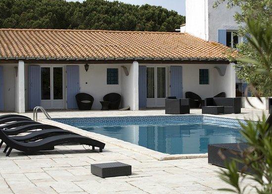 Mas de Calabrun : rooms overlooking pool