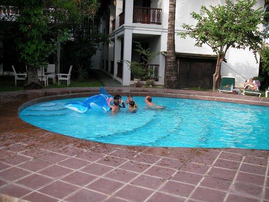 Chitchareune Mouang Luang Hotel : swimming pool