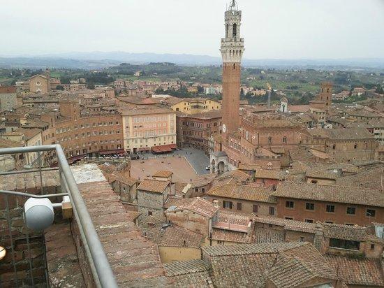 Piazza del Campo : La Torre del Mangia, Palazzo Chigi Zondadari e Palazzo Sansedoni