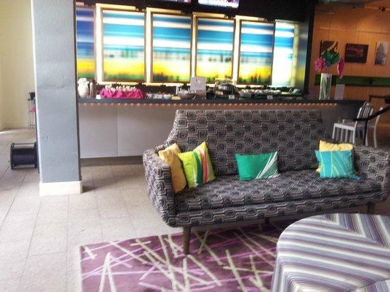 Aloft Charleston: Relax area / Bar