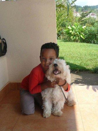 Goodlife Residence : Le fils de la maison avec son petit chien