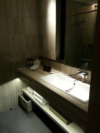 L'hotel élan : clean bathroom