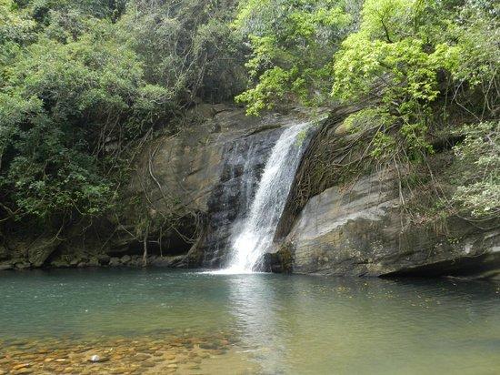 Kandy Samadhi Centre : cascades à 20 min du samadhi center