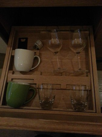 L'hotel élan : wine glass provided!