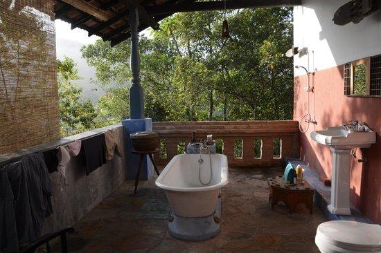 Kandy Samadhi Centre : salle de bains très originale