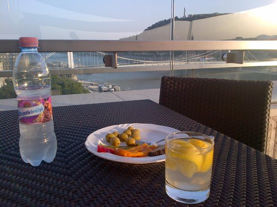Budapest Marriott Hotel : Quenching my thirst as the sun sets over the Executive Lounge