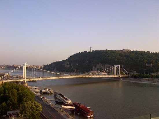 Budapest Marriott Hotel : View of the bridge from the lounge