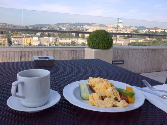 Budapest Marriott Hotel : Light breakfast at the lounge as I was rushing to the F1 race
