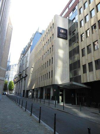 Sandton Hotel Brussels Centre : Ingresso hotel, sul fondo la concattedrale di S. Michele e S.ta Gudula