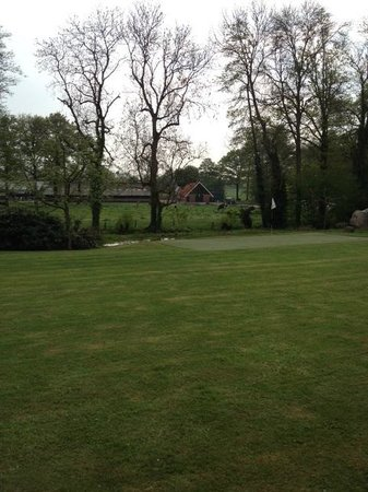Landhuishotel & Restaurant De Bloemenbeek: The putting green...