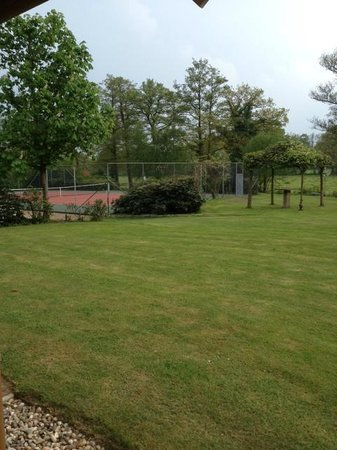 Landhuishotel & Restaurant De Bloemenbeek: ...and the tennis court