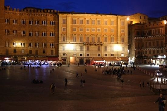 Piazza del Campo : piazza at night
