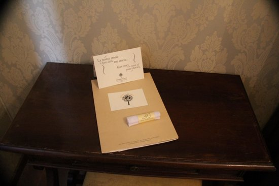 Hotel Flora: Very nice, hand-made information sheets with classic venetian drawings
