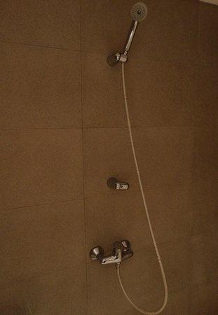 Awwa Suites & Spa: Banheiro sem ducha com chuveiro de mão