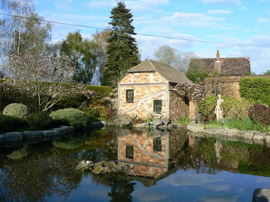 Springfield Country Hotel: Pump house in gardens