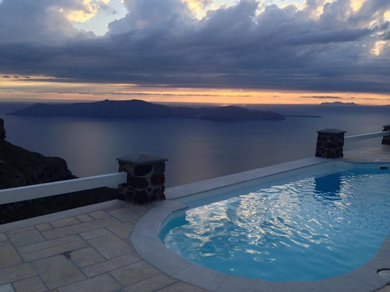 Tholos Resort: The Sunset behind the clouds