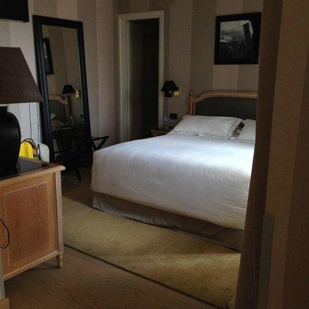 Hotel Ambasciatori: кровать