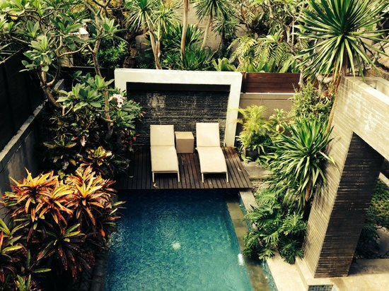 Le Jardin Villas, Seminyak: Pool and sun lounges