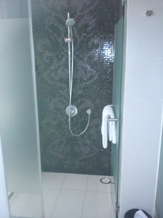Resorts World Sentosa - Hard Rock Hotel Singapore : Shower