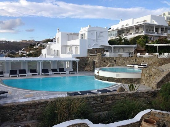 Porto Mykonos Hotel: View of the main building of Porro Mykonos hotell from our balcony....several buildings make pro