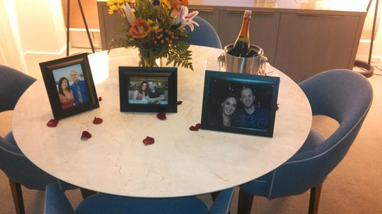 21c Museum Hotel Cincinnati: Placement of the pictures with bouquet and champagne