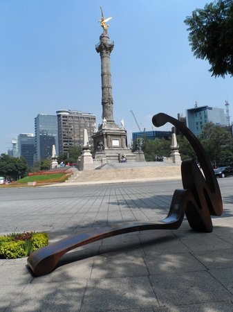 Paseo de la reforma.Banco escultura.Ao fundo o monumento Anjo da Independência