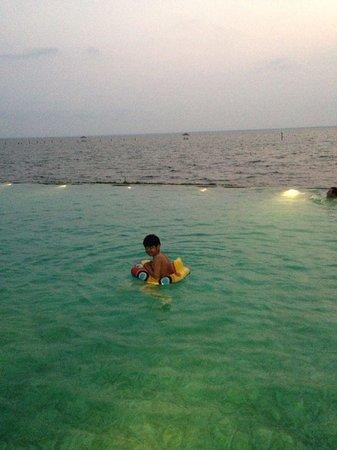 Kumarakom Lake Resort: the infinity pool