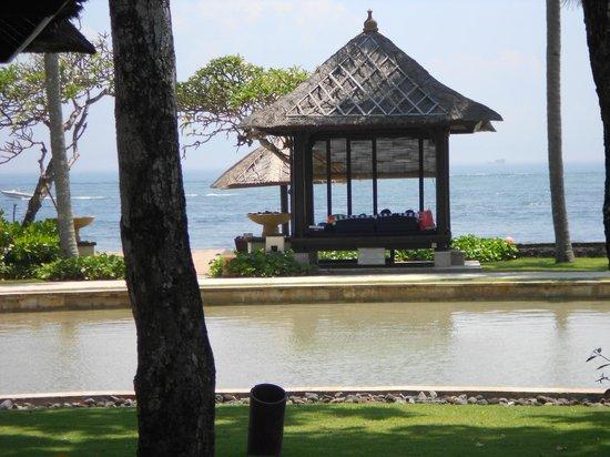 Conrad Bali: bale on beach side