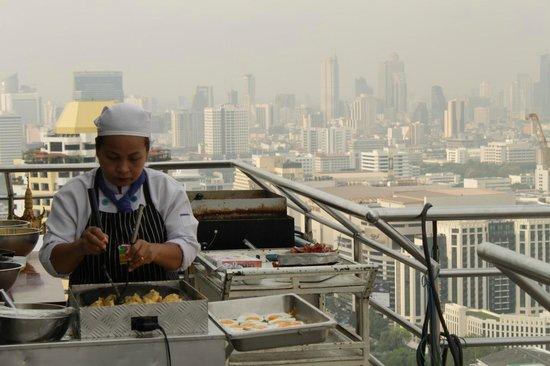 Baiyoke Suite Hotel: Завтрак на крыше. на открытом воздухе готовят