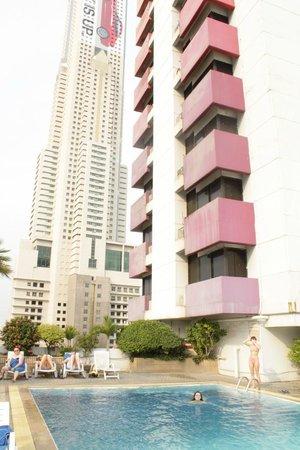 Baiyoke Suite Hotel: Бассейнна крыше
