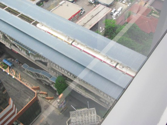 Novotel Bangkok Ploenchit Sukhumvit : The train station view from the room
