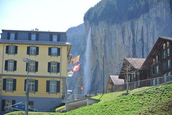Jungfraujoch : เมืองLauterbrunnen คืมีน้ำตกซเตาบ์บาค(Staubbach)สูง 200เมตร