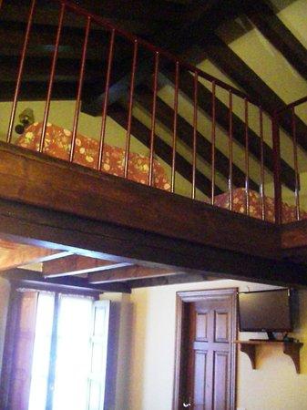 Posada San Pelayo: The mezzanine level with twin beds