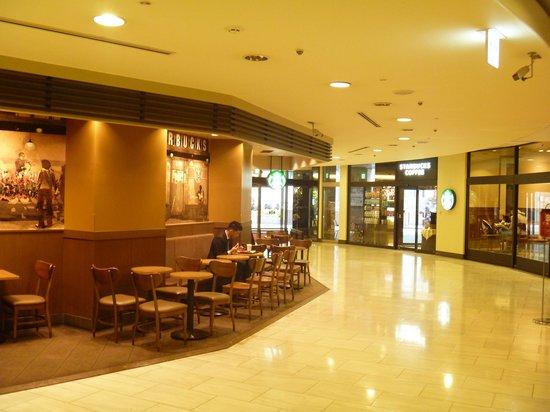 Starbucks Coffee Osaka Maru Building : 建物内のロビー席