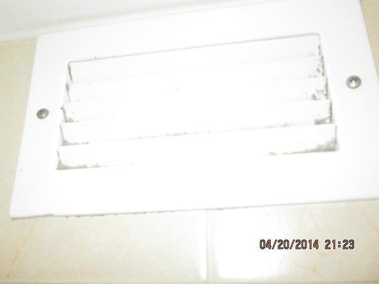 Hilton Daytona Beach Oceanfront Resort: shower vent above your head while showing