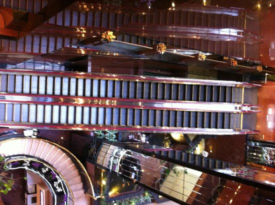 Village Hotel Bugis by Far East Hospitality: Escalators from ground to 1st floor