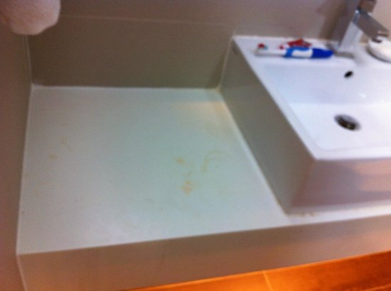 Village Hotel Bugis by Far East Hospitality: Stains in bath room