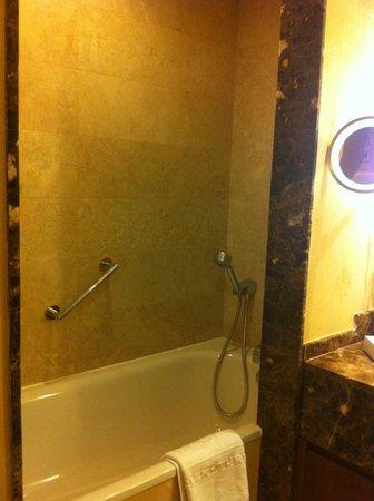 Kempinski Hotel The Dome: banyo küvet bölümü