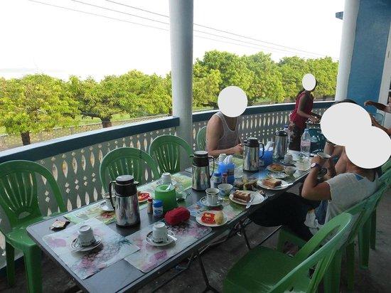 Breeze Guest House: la terrasse et le petit dejeuner