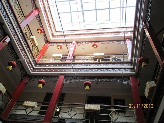 Hyde Hotel: Внутреннее убранство в отеле. Вид на этажи с центральной части отеля.