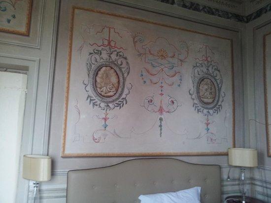 Villa Sermolli: letto e parete stanza 306