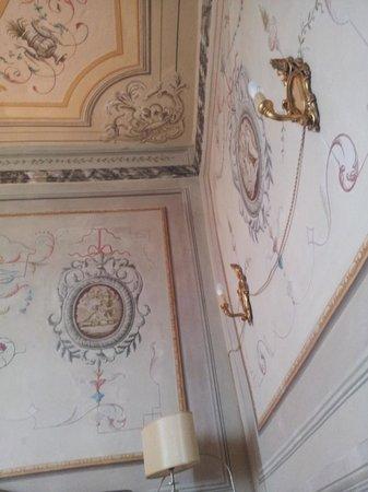 Villa Sermolli: applique vicino al letto