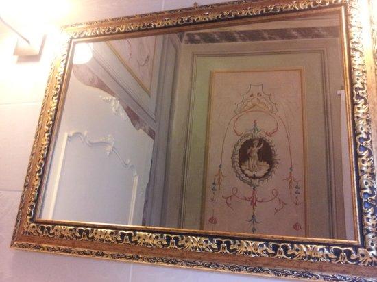 Villa Sermolli: decori del bagno dallo specchio