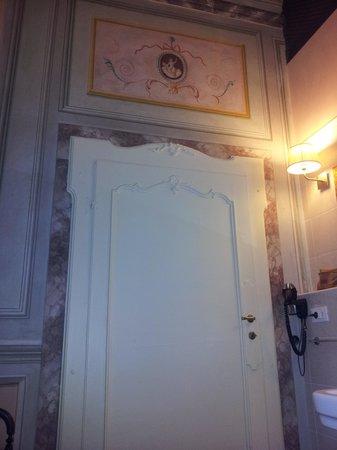 Villa Sermolli: porta interna del bagno
