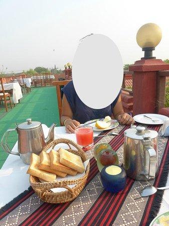 Thurizza Hotel Bagan : le petit dejeuner sur la terrasse