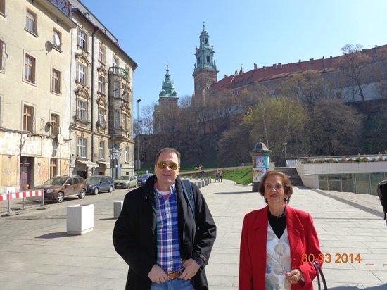 Sheraton Krakow Hotel: ao lado do Hotel Sheraton, e o Castelo de Wawel, ao fundo
