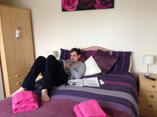 The Rob Roy Guest House: Our nice big comfy bed